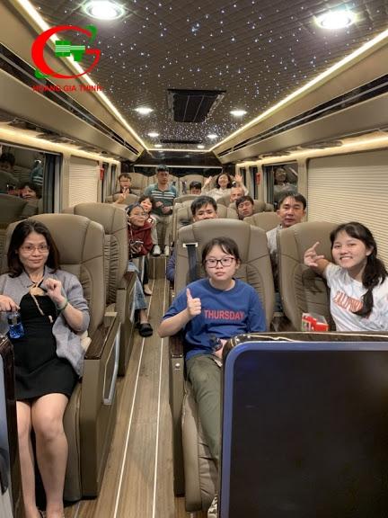 Thuê xe Limousine 17 chỗ đi du lịch Đà Lạt